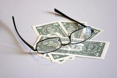 Взгляд на пирамиде одн-доллара через стекла стоковая фотография rf