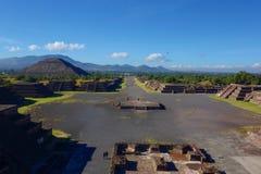 Взгляд на пирамиде солнца и дороги умерших - Мексики - Teotihuacan стоковые фото