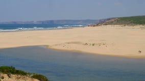 Взгляд на пляже Carapateira в Алгарве Португалии акции видеоматериалы