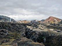 Взгляд на поле лавы Laugahraun от вершины горы Brennisteinsalda, Landmannalaugar, Исландии стоковые изображения