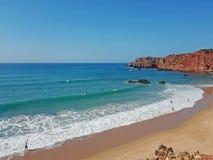 Взгляд на Прая Amado на westcoast в Алгарве Португалии стоковое изображение