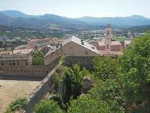 взгляд на предпосылке горы calenzana деревни в старте corse  Стоковая Фотография
