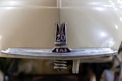 Взгляд на раскрытом клобуке с ярлыком старого русского автомобиля исполнительного класса выпущенного в pobeda Советского Союза бе стоковое фото
