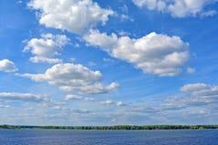 Взгляд на Реке Волга от города на солнечном пасмурном дне, красивого голубого неба самары Стоковое фото RF