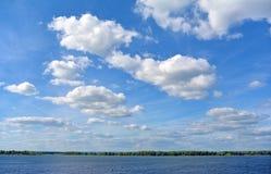 Взгляд на Реке Волга от города на солнечном пасмурном дне, красивого голубого неба самары Стоковые Изображения RF