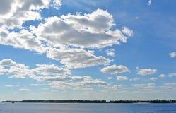 Взгляд на Реке Волга от города на солнечном пасмурном дне, красивого голубого неба самары Стоковое Изображение RF