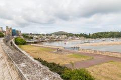 Взгляд на реке от замка Conwy и висячего моста Conwy, стоковая фотография