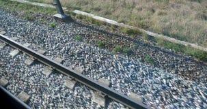 Взгляд на рельсах из окна двигая поезда сток-видео