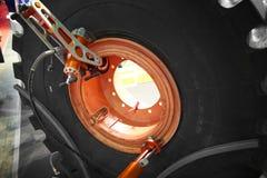 Взгляд на ремонте колеса тяжелого грузовика и автошина спешиваясь пневматическое оборудование Инструменты и оборудование для main стоковые фото