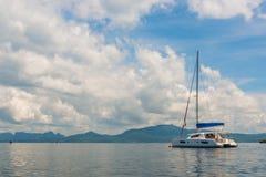 Взгляд на роскошной яхте на предпосылке красивых гор внутри стоковая фотография