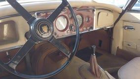 Взгляд на роскошном интерьере ягуара XK150 винтажного автомобиля модельного акции видеоматериалы