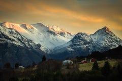 Взгляд на снежных горах Trollheimen от зоны Sunndalsfjorden стоковая фотография rf