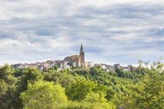 Взгляд на средневековой деревне Buje в Хорватии стоковые изображения rf