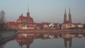 Взгляд на старой архитектуре на острове собора на заходе солнца в Wroclaw акции видеоматериалы