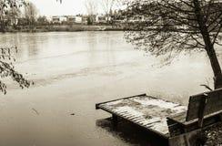 Взгляд на стенде и footbridge в зиме приправляют в черно-белом sepia, Любляне, Словении Стоковое Изображение RF