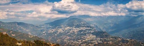 Взгляд на столице Сиккима - Gangtok и Гималаев Стоковая Фотография RF