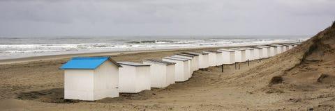 Взгляд на хатах пляжа на районе западного побережья Texel Панорамный взгляд на Северном море стоковое изображение