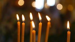Взгляд на церков от горящей стороны свечей Христоса в значке Вылижите святые свечи Lit пламени Много свечей церков акции видеоматериалы