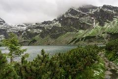 Взгляд на черном пруде Gasienicowy и пики высокого Tatra устанавливают Стоковая Фотография RF