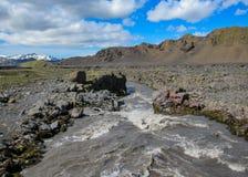 Взгляд на широком реке бежать от ледника окруженного сценарным ландшафтом, следа Myrdalsjokull Laugavegur, гористых местностей Ис стоковые фото