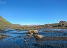 Взгляд на широком реке бежать от ледника окруженного сценарным ландшафтом, следа Myrdalsjokull Laugavegur, гористых местностей Ис стоковые изображения rf