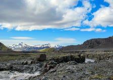 Взгляд на широком реке бежать от ледника окруженного сценарным ландшафтом, следа Myrdalsjokull Laugavegur, гористых местностей Ис стоковое изображение