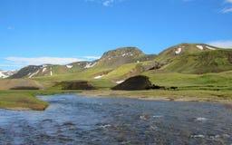 Взгляд на широком реке бежать от ледника окруженного сценарным ландшафтом, следа Myrdalsjokull Laugavegur, гористых местностей Ис стоковые изображения