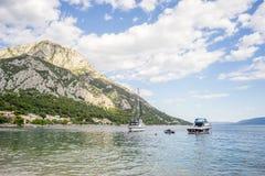 Взгляд на шлюпках, пляже и горах позади в Gradac, Хорватии Популярное назначение стоковые изображения rf
