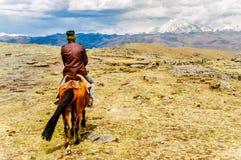 Взгляд на nomade на лошади в гористых местностях Сычуань стоковые изображения rf