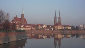 Взгляд на Ostrow Tumski в Wroclaw - Handheld сток-видео