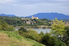Взгляд на Rocca di Angera, замке Borromeo, озере Maggiore, Lago Maggiore, Италии Стоковые Изображения RF