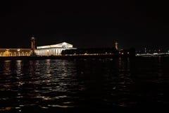 Взгляд на Strelka острова Vasilyevsky и помещения биржи Река Neva, Санкт-Петербург Август 2017 Стоковое Изображение