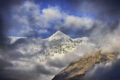 Взгляд на sunlit высоком ледистом горном пике Стоковое Изображение