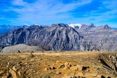 Взгляд на Torrenthorn на солнечный день осени, видя швейцарские горные вершины, Швейцария/Европа стоковое изображение rf