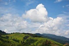 взгляд неба горы предпосылки голубой Стоковая Фотография