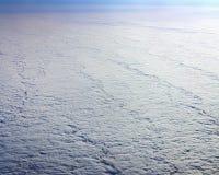 Взгляд неба над облаками, твердые облака наслаивает Стоковые Изображения