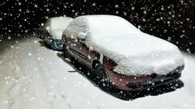 Взгляд низкого угла автомобилей припаркованных вдоль улицы вечером в зиме панорамно стоковые фотографии rf