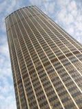 Взгляд низкого угла башни Montparnasse в Париже, Франции стоковое фото