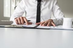 Взгляд низкого угла бизнесмена указывая к аналитической диаграмме Стоковые Фото
