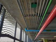 Взгляд низкого угла группы в составе трубы на потолке стоковое фото