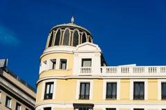 Взгляд низкого угла классического жилого дома Стоковое Изображение RF