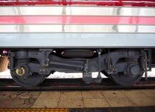 Взгляд низкого угла колеса поезда Стоковые Фото