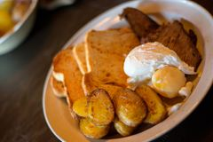 Взгляд низкого угла краденных яя с картошками и завтрак-обедом мяса стоковая фотография