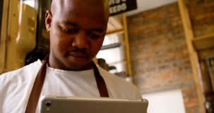 Взгляд низкого угла мужского штата используя цифровой планшет в супермаркете 4k видеоматериал