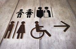 Взгляд низкого угла различных дизайнов символов туалета стоковое фото