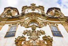 Взгляд низкого угла старой и исторической церков в Ouro Preto, минах Gerais стоковое изображение