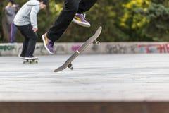 Взгляд низкого угла фокусов скейтборда Стоковое Изображение