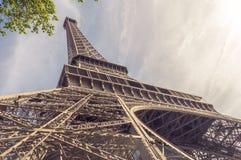 Взгляд низкого угла Эйфелева башни от своего основания Стоковое Фото