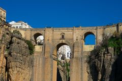 Взгляд нового моста Puente Nuevo и ущелья Tajo de Ronda Tajo Стоковые Изображения RF