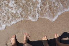 Взгляд ног на пляже моря Стоковые Изображения RF